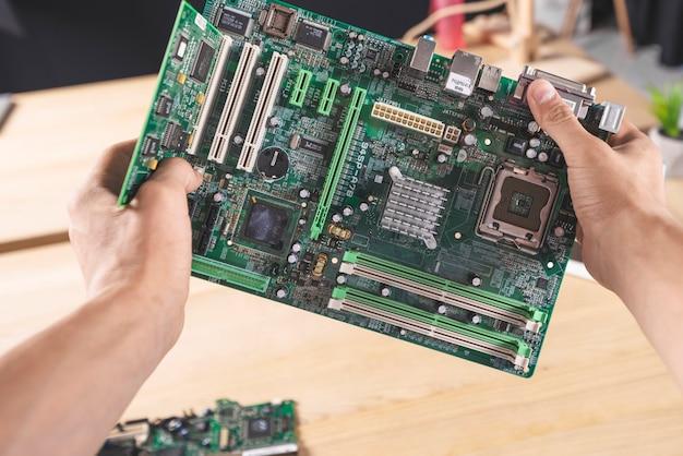 It 메인 기술자 보유 컴퓨터 메인 보드의 클로즈업