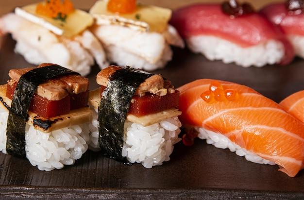 日本の寿司料理のクローズアップ。鮭にぎり、えびにぎり、うなぎにぎり