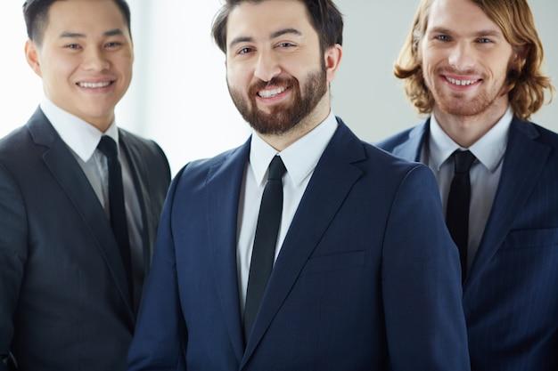 Крупным планом радостном начальника с сотрудниками