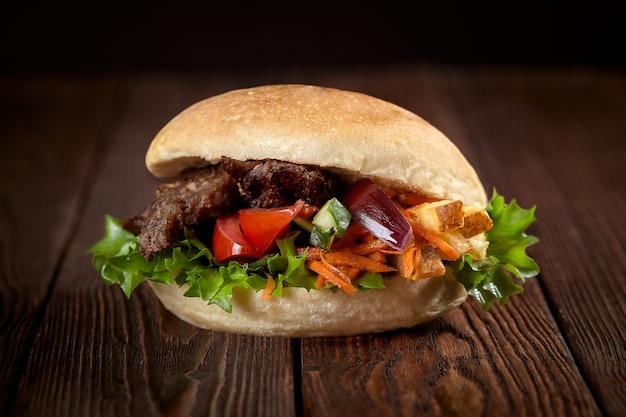 Крупным планом бутерброд с шашлыком