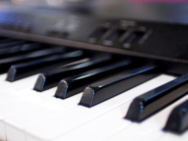 키보드 피아노 키의 클로즈업입니다. 닫기 정면보기 음악 악기 노래 추상 교육 배경