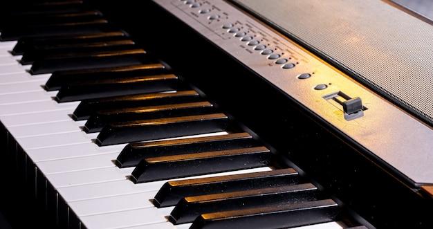 シンセサイザーやエレクトリックピアノの鍵盤のクローズアップ。