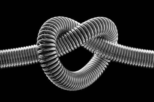 매듭이 금속 스프링의 클로즈업입니다.