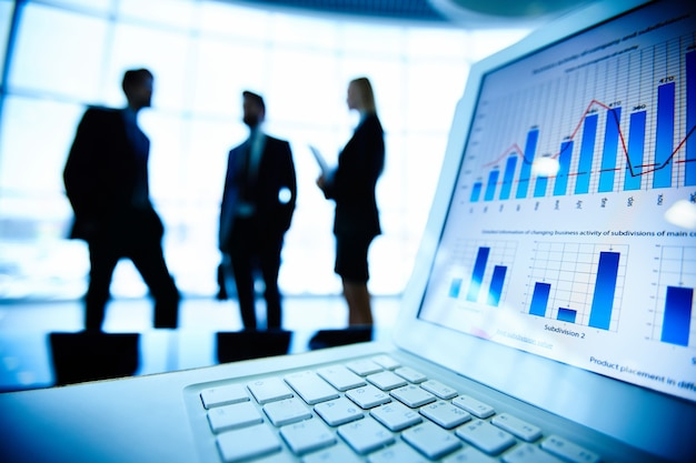 경제 보고서와 함께 노트북의 클로즈업