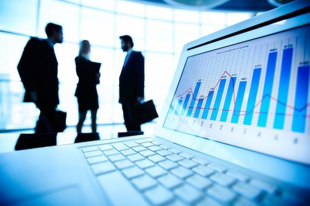 Крупным планом ноутбук с финансовым документом