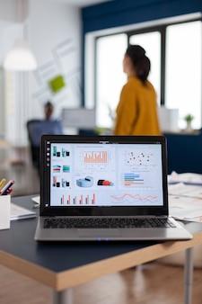 그래프, 마케팅 대행사의 차트가있는 노트북의 클로즈업