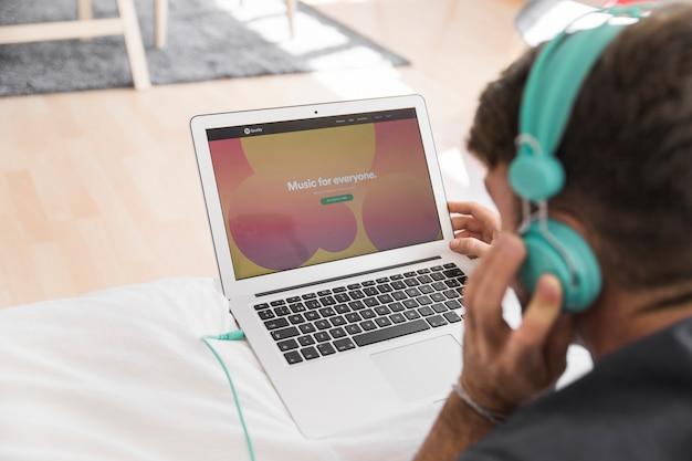 Крупный план ноутбука с помощью приложения spotify