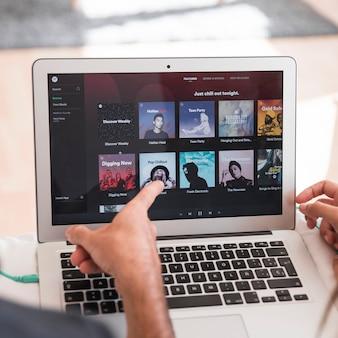 Spotify 앱과 노트북의 클로즈업