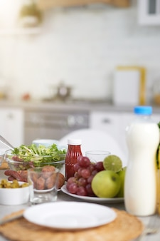 현대적인 주방 인테리어의 식탁에서 라틴 아메리카 재료로 만든 아침 식사를 마감하세요. 아침, 아침 식사 아이디어 개념입니다. 선택적 초점