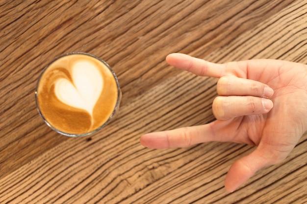 心を込めてラテコーヒーのクローズアップ。愛とバレンタインの概念。