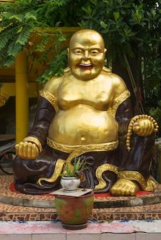 Крупный план смеющейся статуи будды, кох самуи, провинция сурат тани, таиланд
