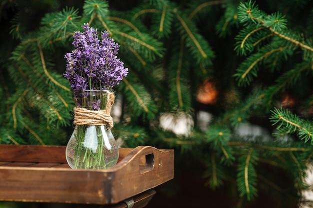 ガラスの瓶にラベンダーの花のクローズアップ