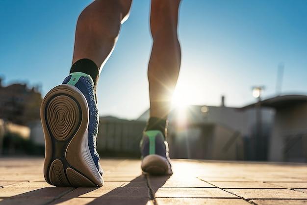 도시에있는 러너의 다리 닫습니다. 피트니스, 운동, 스포츠, 라이프 스타일 개념.