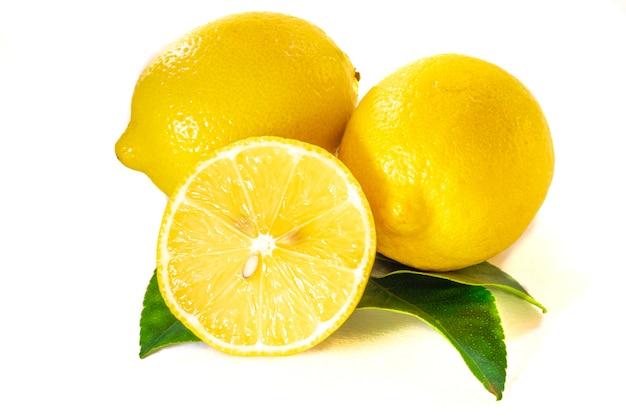 흰색 배경에 고립 된 녹색 잎과 레몬의 닫습니다