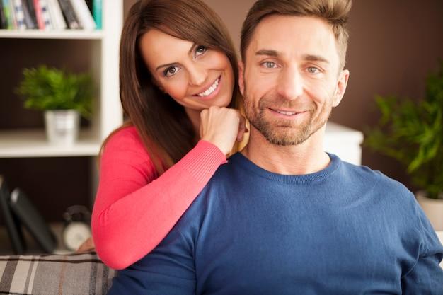 自宅で愛するカップルのクローズアップ