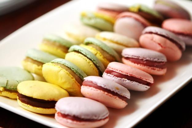 Крупным планом десерт macarons