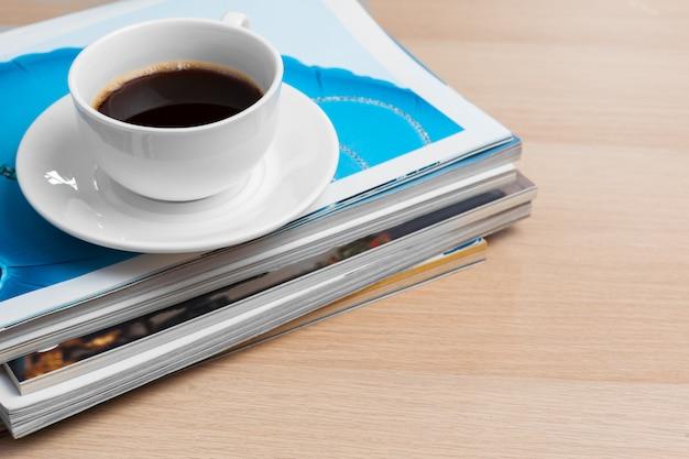 커피 한잔과 함께 잡지 스택 닫습니다