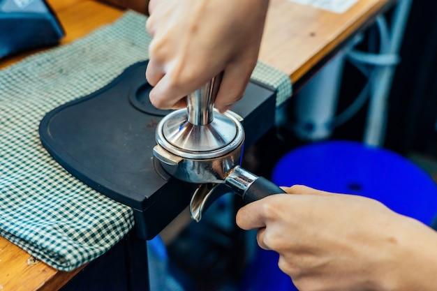 Крупный план приготовления кофе