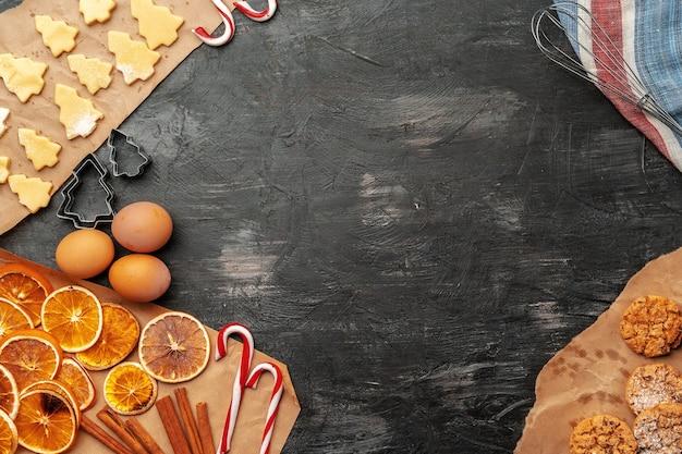休日のクリスマスジンジャーブレッドクッキープロセスの作成のクローズアップ