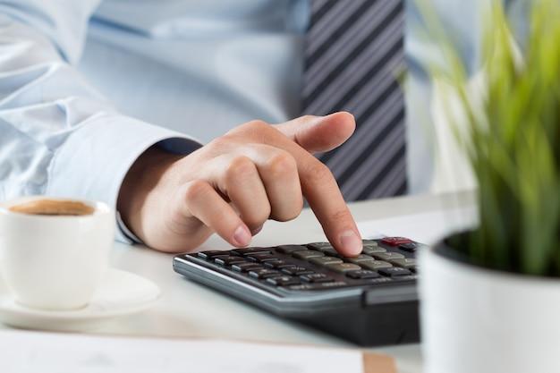 Крупным планом мужской бухгалтер или банкир расчета или проверки баланса. бухгалтер или финансовый инспектор, составляющий финансовый отчет. домашние финансы, инвестиции, экономика, экономия денег или концепция страхования