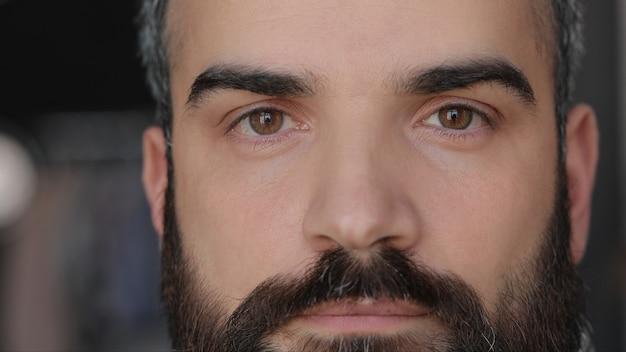 Закройте мужское лицо. привлекательный мужчина с карими глазами и длинными ресницами.