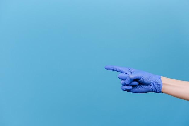 コピー スペースを指している男性の指のクローズ アップ