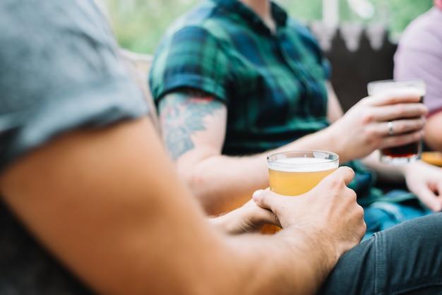 알코올 음료의 유리를 가진 남자 친구의 근접 촬영