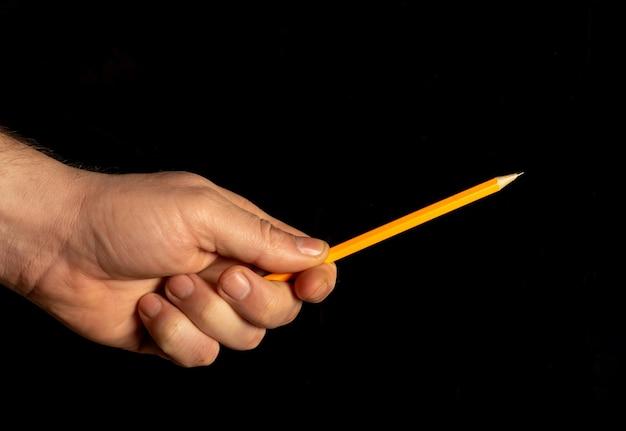Крупным планом мужской руки, держащей карандаш