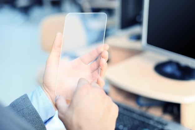 투명 스마트폰으로 남성의 손을 닫습니다.