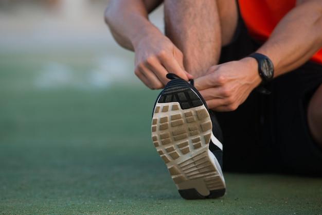 스포츠 신발을 묶는 남성 손 클로즈업