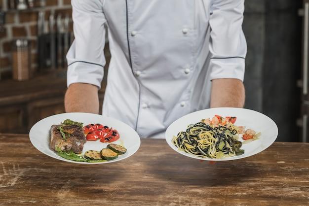 접시에 그의 맛있는 음식을 제시하는 남성 손 클로즈업