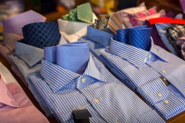 Крупным планом мужские рубашки, выставленные в магазине одежды