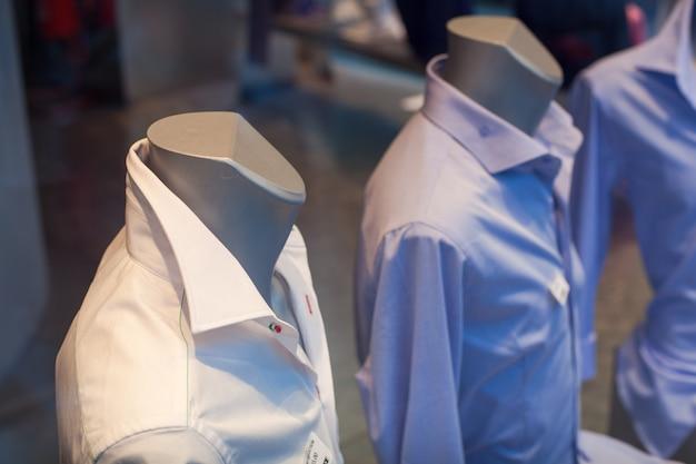 Крупным планом мужские рубашки в магазине одежды