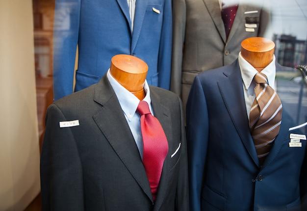 衣料品店で露出した男性のスーツのクローズアップ