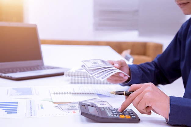 計算をしている男の会計士を閉じます。貯蓄、財政、経済のコンセプト。