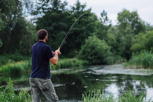 Крупный план рыбалки человека в озере
