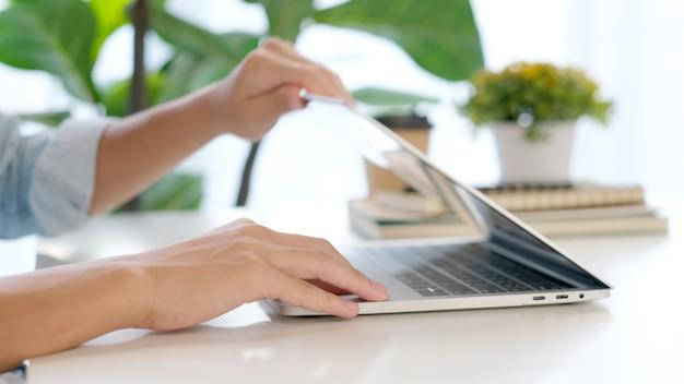 Крупным планом человек рука открывает портативный компьютер во время работы в домашнем офисе, онлайн-обучение студента колледжа, обучение, люди и технологии