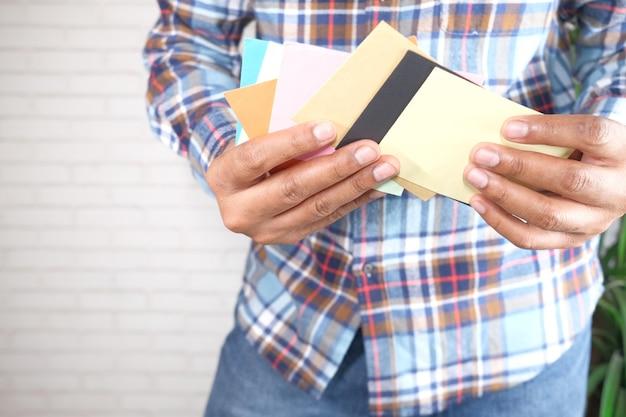 Крупным планом руки человека, читая заметки