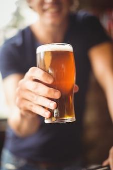 ビールのグラスを抱きかかえたのクローズアップ