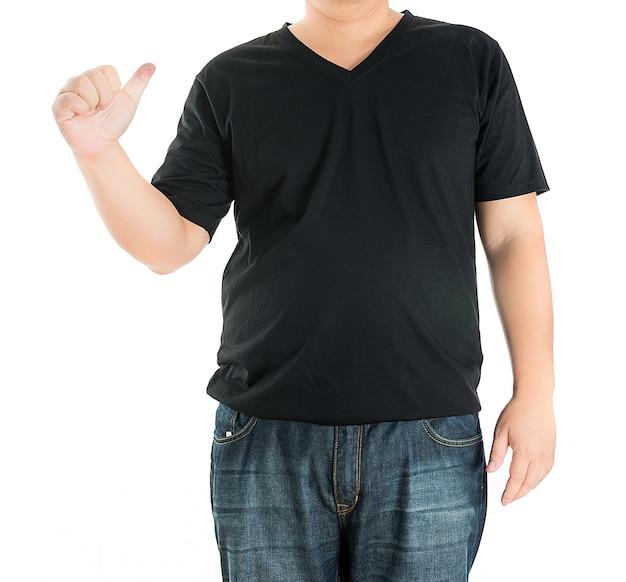 Крупным планом человека в пустой футболке, указывая на себя