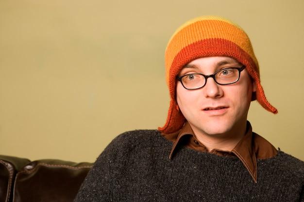 Крупный план человека в зимней шапке внутри