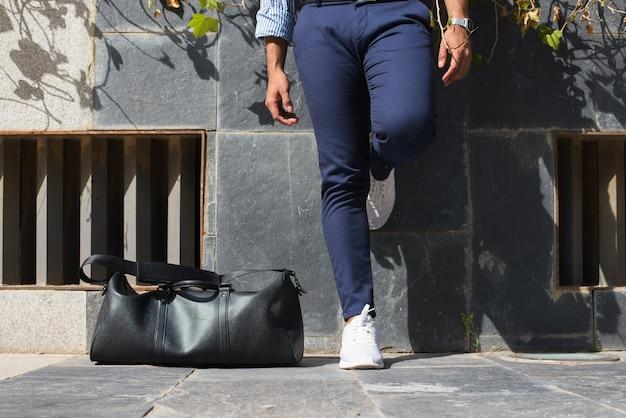 남자 다리와 가죽 가방의 클로즈업