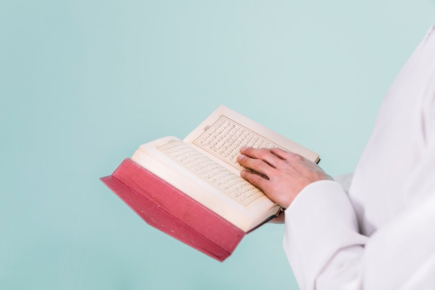 Quranで読む男のクローズアップ