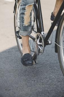 자전거 외륜에 사람의 발 클로즈업