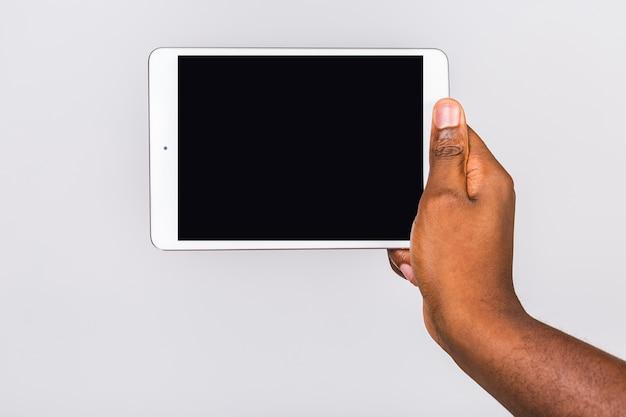 고립 된 남자의 손을 잡고 태블릿의 클로즈업