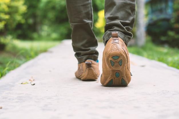 男の歩行のクローズアップ