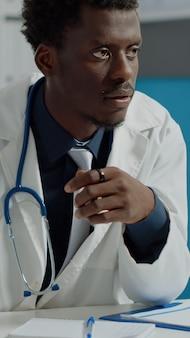 태블릿으로 의료 전문가로 일하는 남자 클로즈업