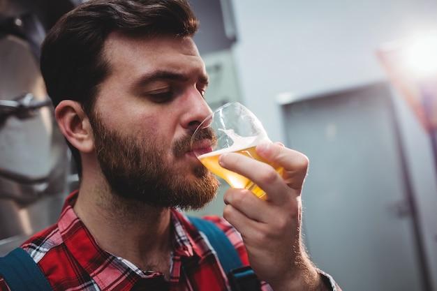 メーカーのテイスティングビールのクローズアップ