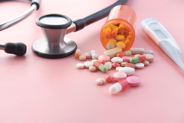 多くのカラフルな錠剤やカプセルのクローズアップ