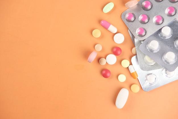 많은 다채로운 환약과 캡슐의 클로즈업
